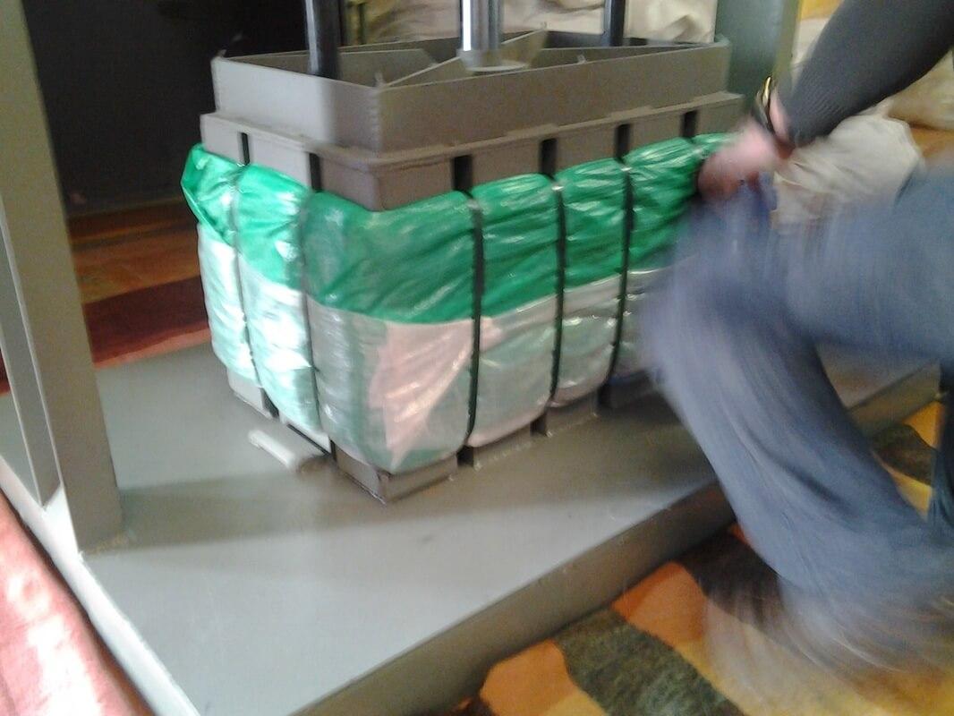 Cách đóng quần áo hàng thùng