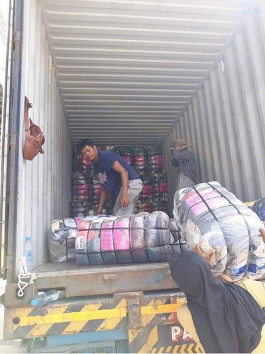 xuống hàng đồ si từ container đi từ Campuchia