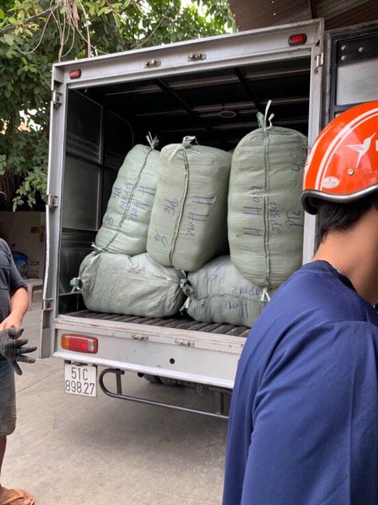 Xe chở hàng thùng cho khách