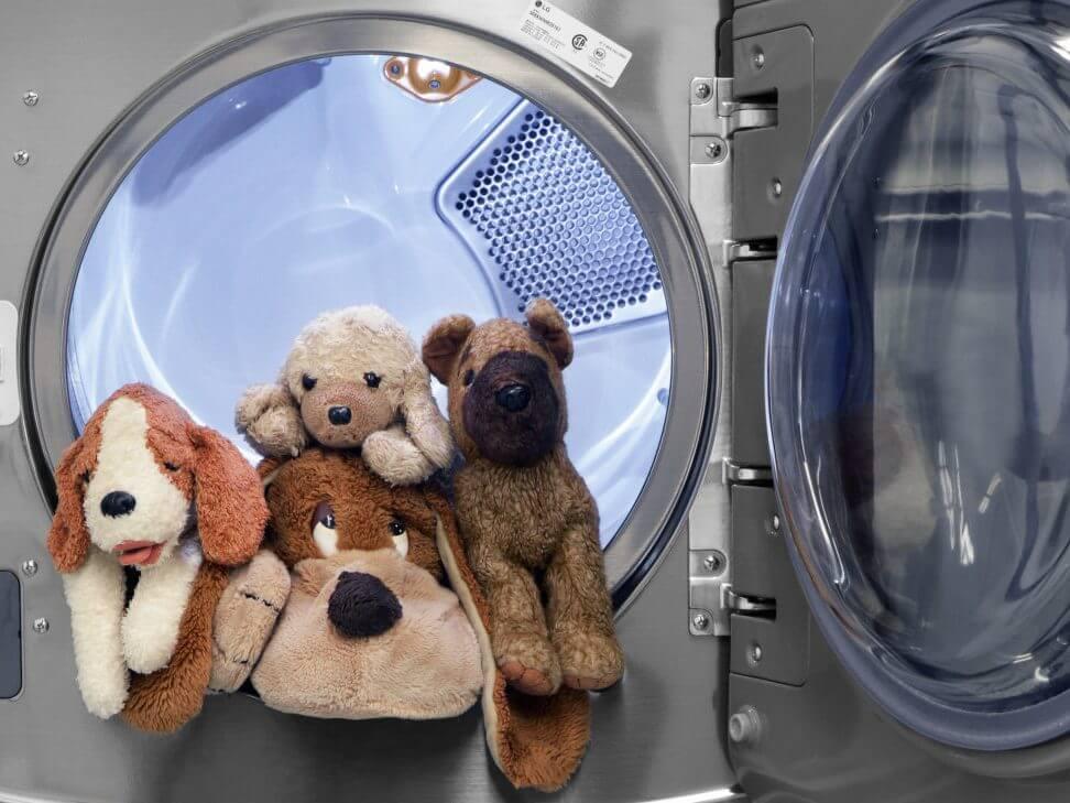 Những con gấu bông hàng thùng được chọn lọc sẽ được mang đi giặt, khử trùng trước khi bán cho khách hàng