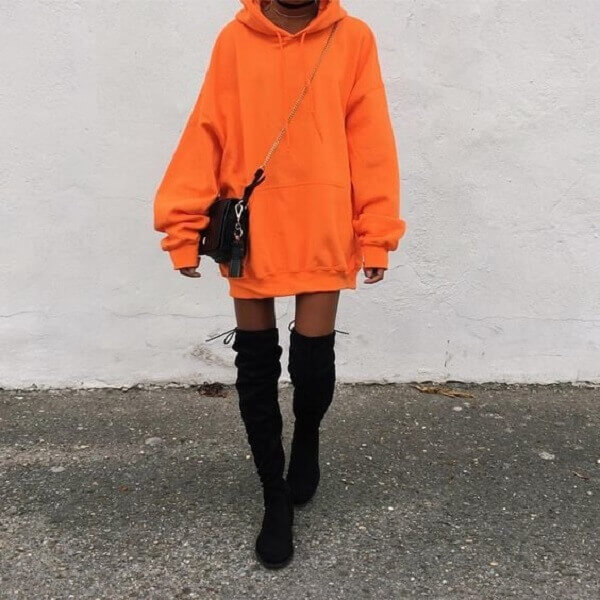 ao hoodie va boot co cao va tat mau
