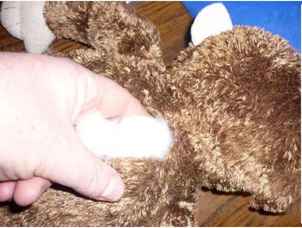 Moi hết toàn bộ phần bông bên trong một cách nhẹ nhàng | Cách giặt gấu bông size lớn