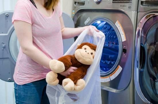 Sử dụng túi giặt để bảo vệ gấu bông | Hướng dẵn cách giặt gấu bông đúng