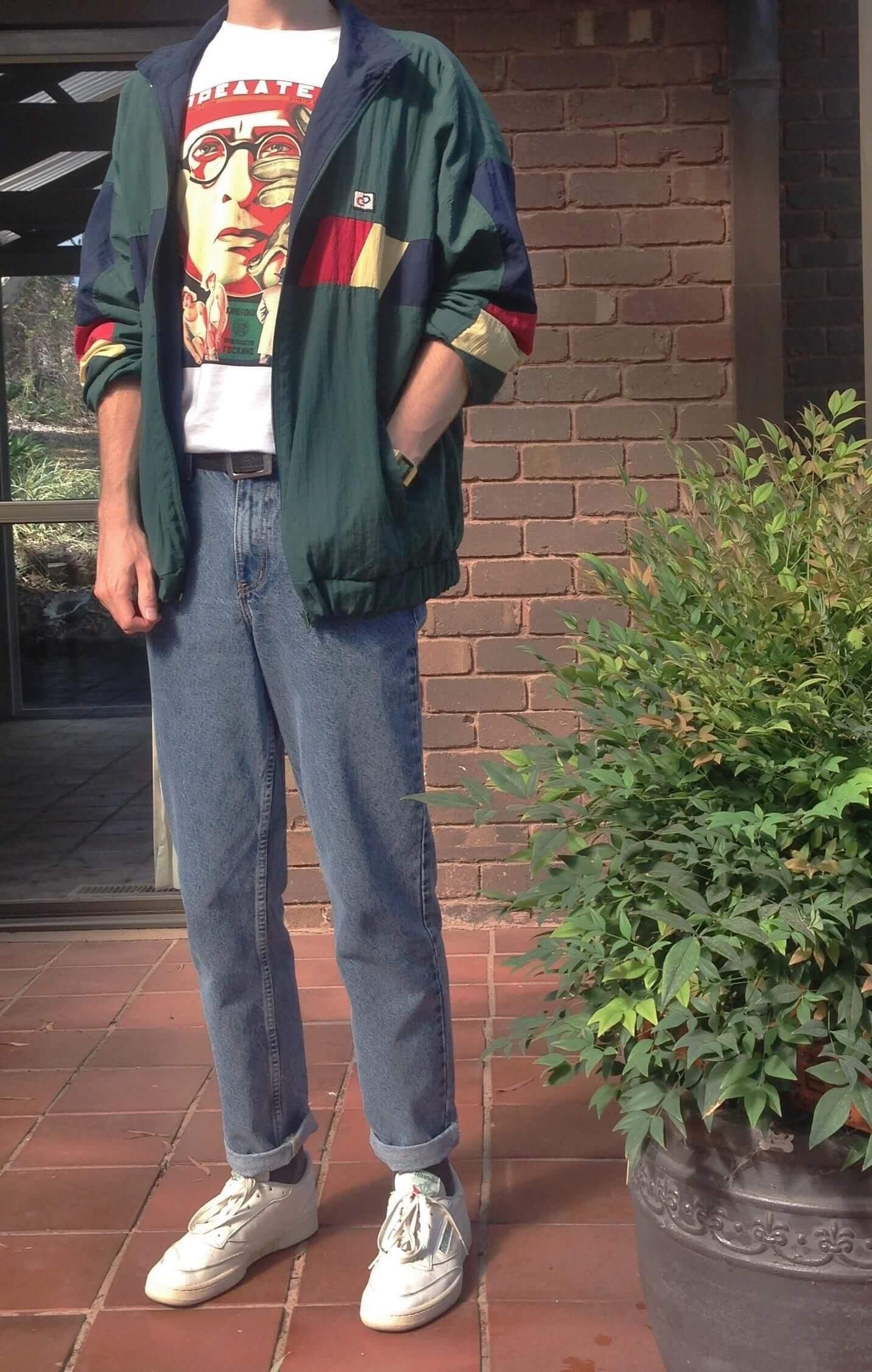 quan baggy jeans nam va ao thun hoa tiet voi giay sneaker